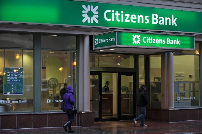 People Aroung Citizens Bank