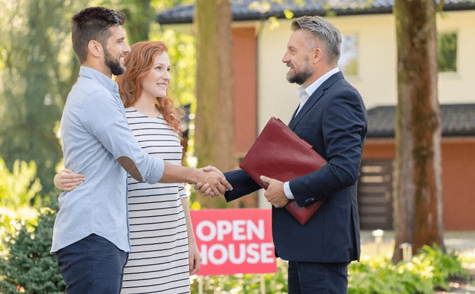 Senior Real Estate Agent With Clients